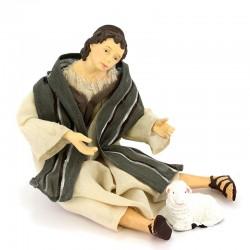 Pastore seduto vestito con pecora in resina 15 cm