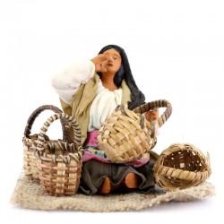 Araba seduta con cesti paglia terracotta vestita 12 cm