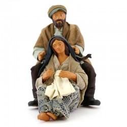 Marito abbraccia moglie incinta in terracotta vestita 12 cm