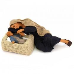 Mamma stesa con bimbo in cesta in terracotta vestita 30 cm