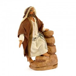Man leaning against the wall with clothes in terracotta 10 cm