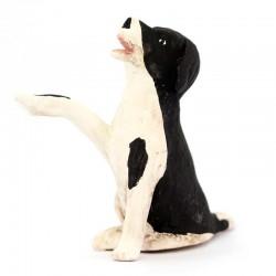 Cane bianco e nero seduto zampa alzata in terracotta 12 cm