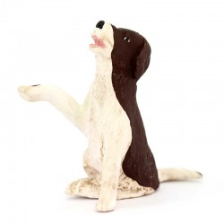 Cane bianco e marrone seduto zampa alzata in terracotta 12 cm